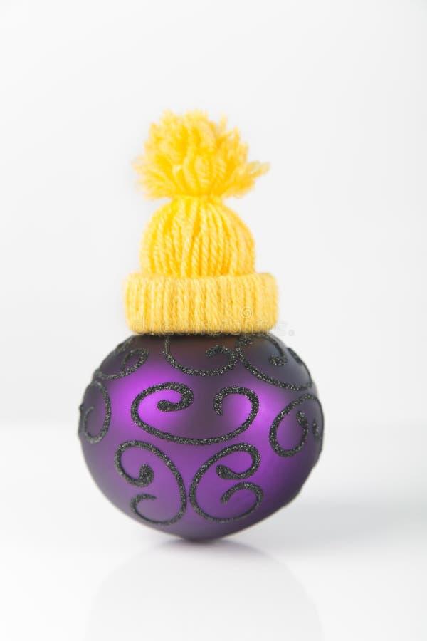Fundo do Natal com um ornamento colorido isolado imagem de stock royalty free