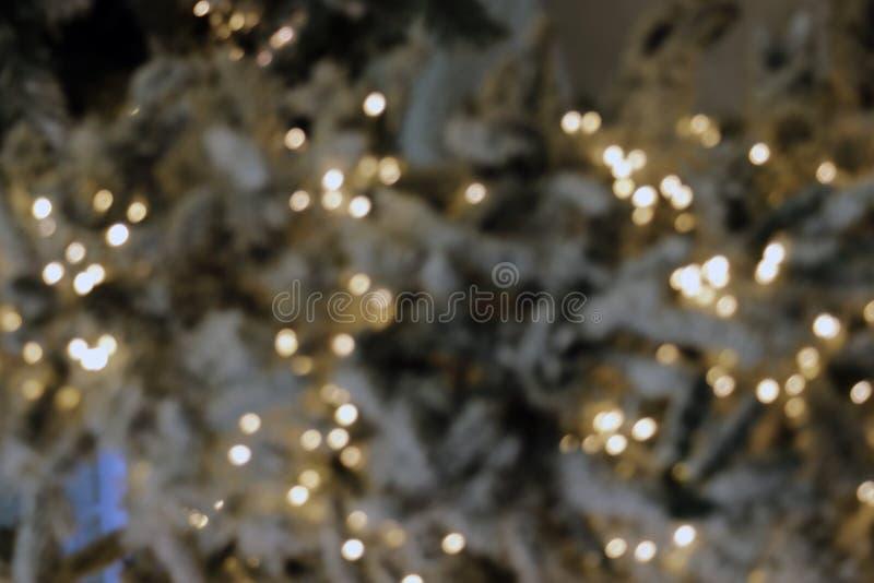Fundo do Natal, decoração defocused das luzes do bokeh colorido do borrão da imagem na árvore de Natal imagem de stock royalty free