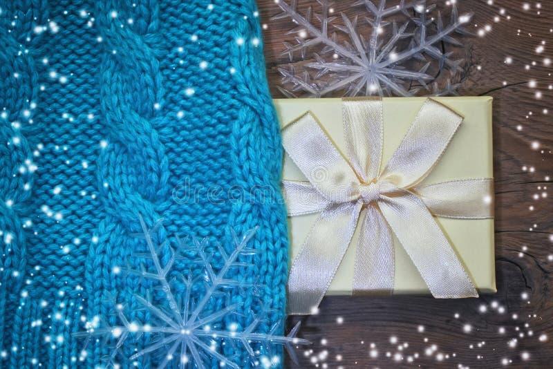 Fundo do Natal do inverno com tampão e presente fotografia de stock