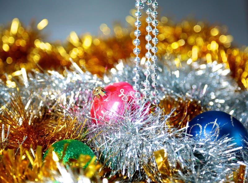 Fundo do Natal do ouro de luzes de-focalizadas com árvore decorada fotos de stock royalty free