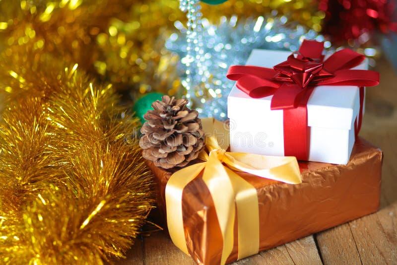 Fundo do Natal do ouro de luzes de-focalizadas com árvore decorada fotografia de stock royalty free