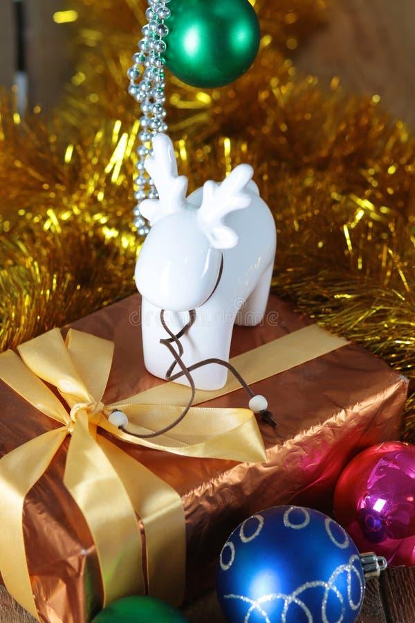 Fundo do Natal do ouro de luzes de-focalizadas com árvore decorada foto de stock royalty free