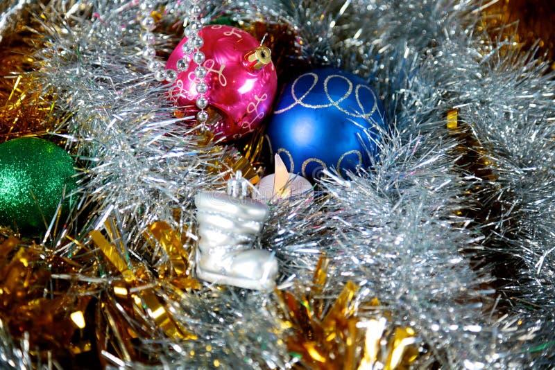 Fundo do Natal do ouro de luzes de-focalizadas com árvore decorada fotos de stock