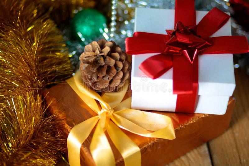 Fundo do Natal do ouro de luzes de-focalizadas com árvore decorada fotografia de stock
