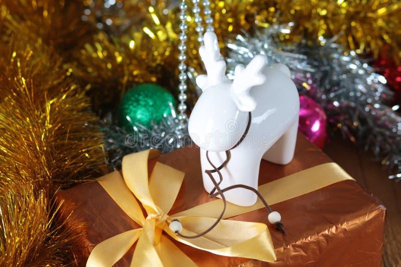 Fundo do Natal do ouro de luzes de-focalizadas com árvore decorada foto de stock
