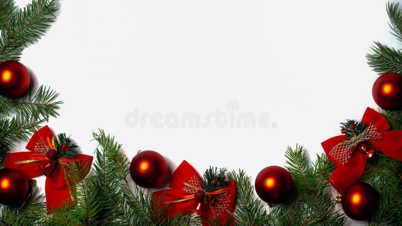 Fundo do Natal e do ano novo com ramos verdes do tre do abeto fotografia de stock royalty free