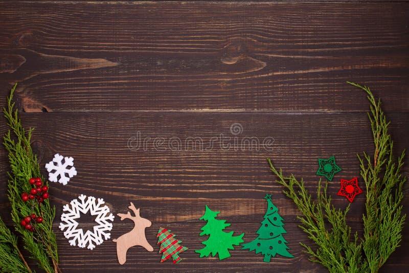 Fundo do Natal e do ano novo Conceito dos feriados de inverno com as decorações no fundo de madeira imagem de stock