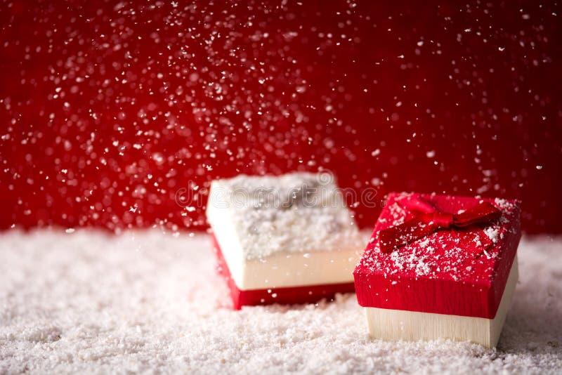 Fundo do Natal do feriado com caixas de presente e neve fotos de stock royalty free