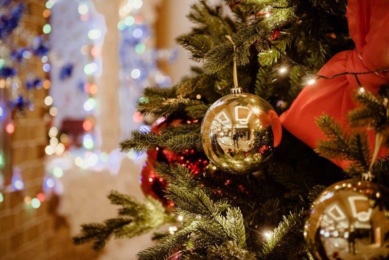 Fundo do Natal do ouro com árvore decorada foto de stock royalty free