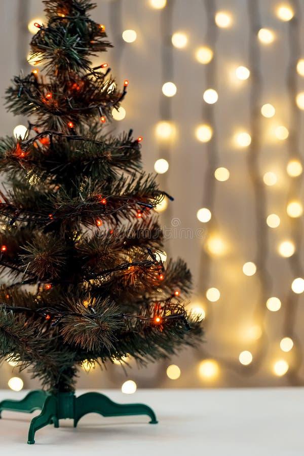 Fundo do Natal do ouro da festão de-ocused luz com árvore decorada fotos de stock