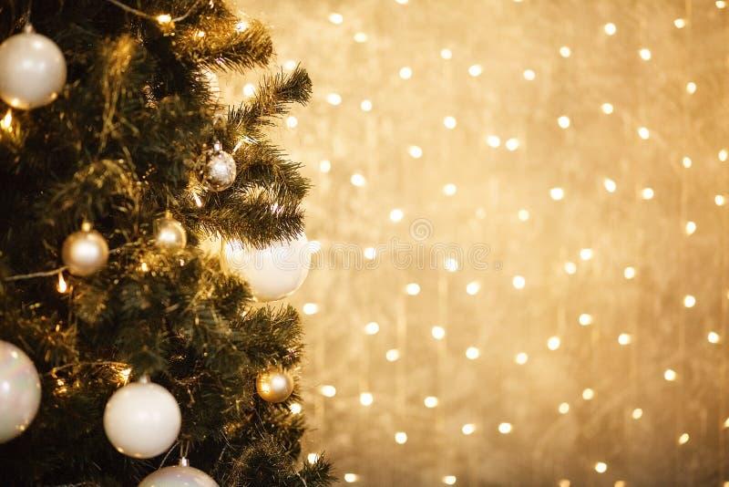 Fundo do Natal do ouro de luzes de-focalizadas com árvore decorada 2018 imagens de stock