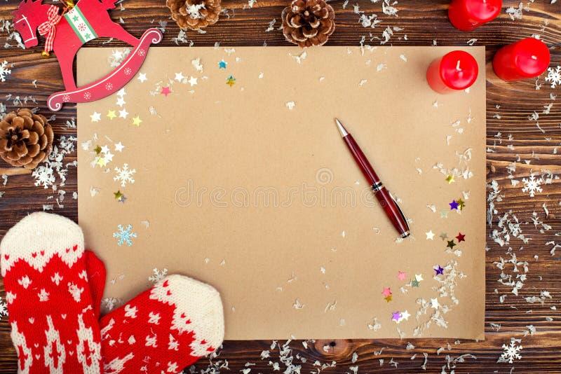Fundo do Natal Papel de embalagem com espaço da cópia para cumprimentos, foto ou texto do feriado Cartão festivo do Xmas, letra p fotos de stock