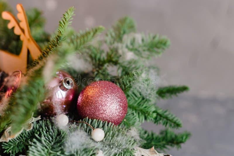 Fundo do Natal - quinquilharias e ramo da árvore spruce imagem de stock