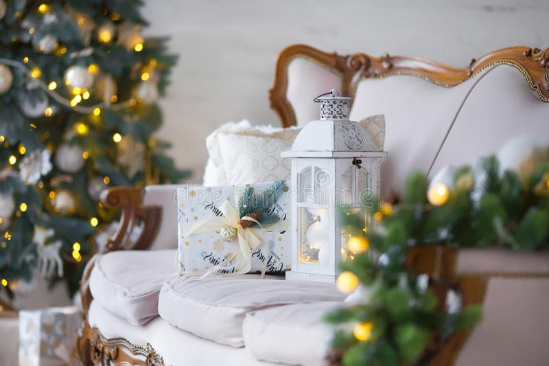 Fundo do Natal Sala interior decorada no estilo do xmas Nenhuns povos Árvore e presentes do ano novo imagem de stock royalty free