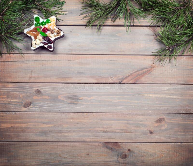 Fundo do Natal Tabela de madeira antiga e com um bolo festivo Copie o espaço foto de stock royalty free