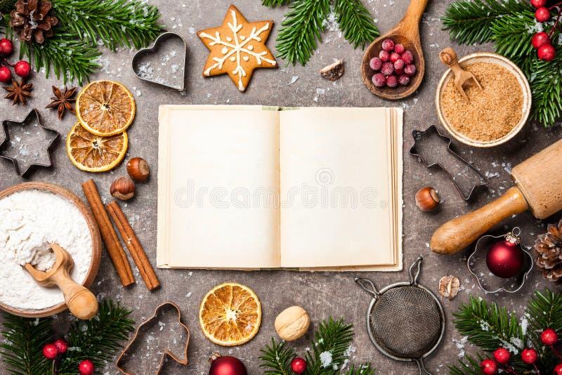 Fundo do Natal Tabela para cookies do cozimento do feriado com ingr fotos de stock