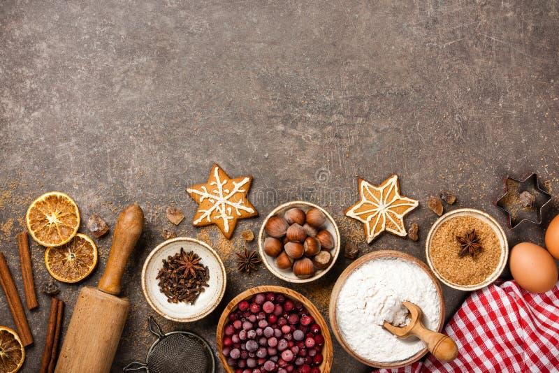 Fundo do Natal Tabela para cookies do cozimento do feriado com ingredientes foto de stock