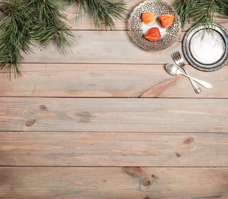 Fundo do Natal Tabela, ramo do pinho e artigos de madeira antigos do vintage Bandeja, forquilha e colher de prata Copie o espaço imagem de stock