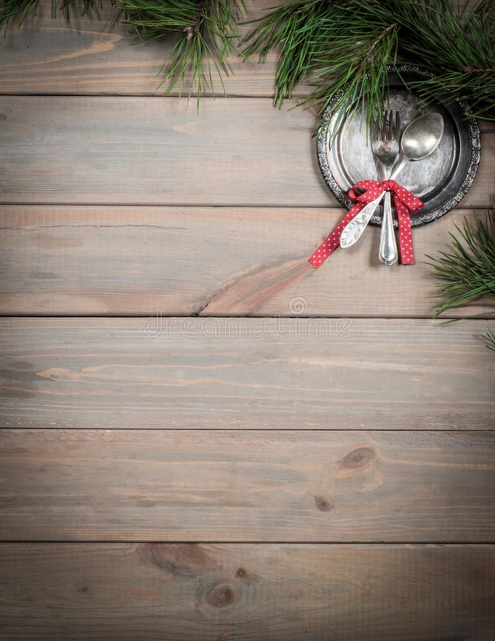 Fundo do Natal Tabela, ramo do pinho e artigos de madeira antigos do vintage Bandeja, forquilha de prata e colher, amarradas com  fotos de stock royalty free