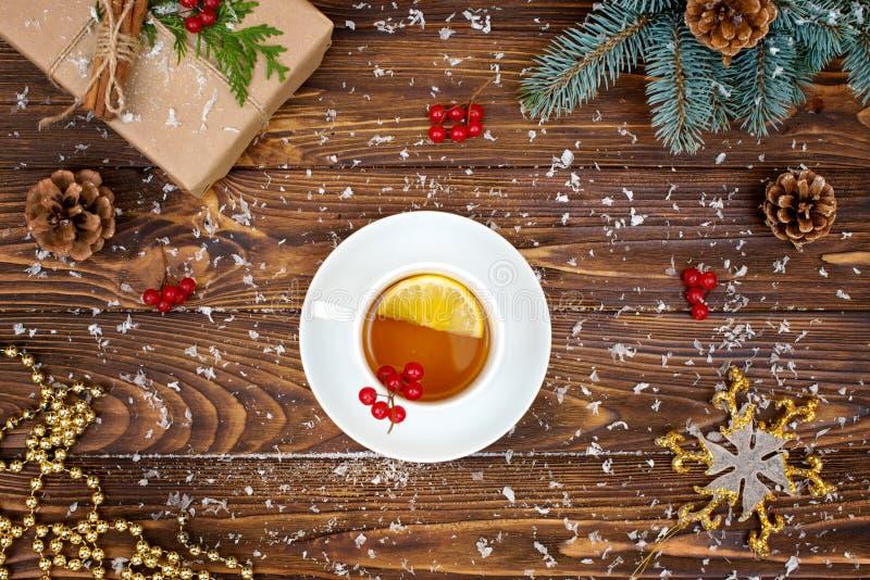 Fundo do Natal Um copo do chá aromático quente com limão cartão festivo do xmas Vista superior Ano novo, conceito dos feriados foto de stock royalty free