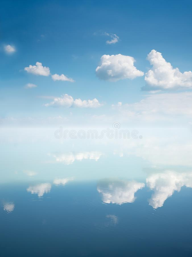 Fundo do oceano e do céu com nuvens refletindo imagem de stock royalty free