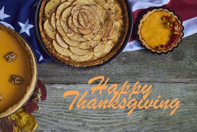 Fundo do outono Abóbora caseiro, tortas de maçã para a ação de graças imagem de stock royalty free