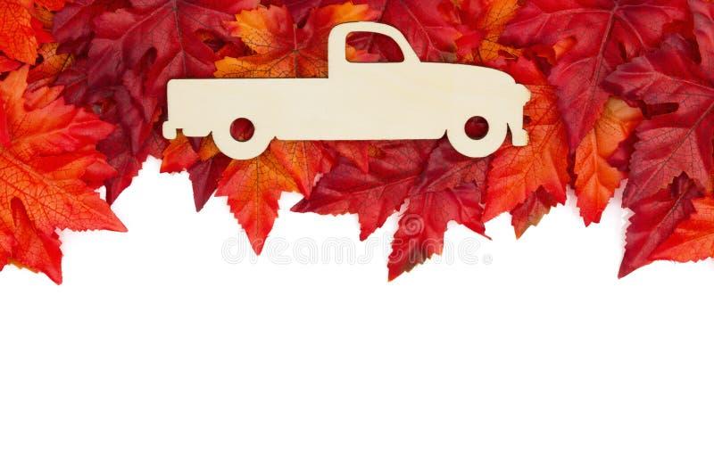 Fundo do outono com um caminhão de madeira da forma velha com vermelho e ou imagens de stock royalty free