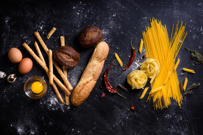 Fundo do pão e da massa, da padaria ou do mantimento Culinária italiana mim foto de stock