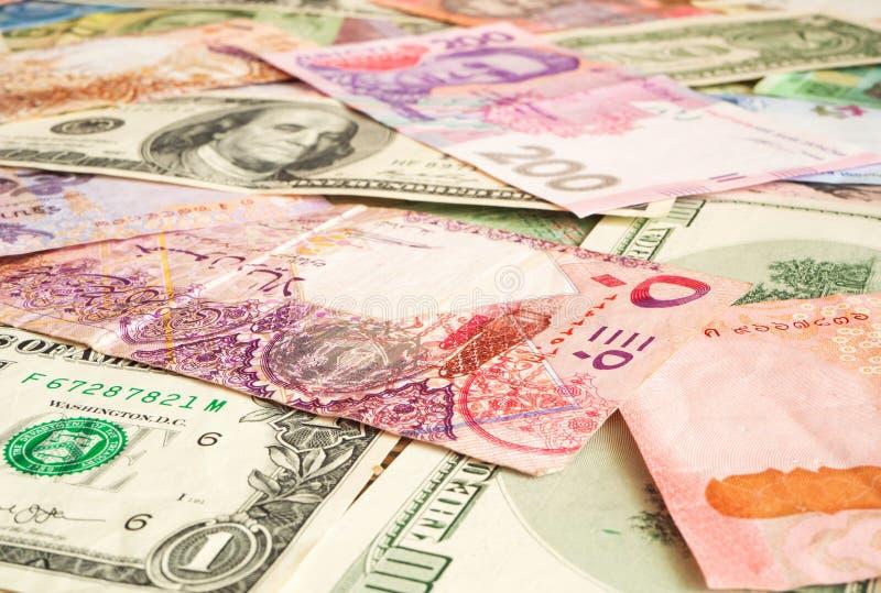 Fundo do papel moeda dos países diferentes (riyal do dólar, de Qatari, hryvnia) Moeda global imagens de stock