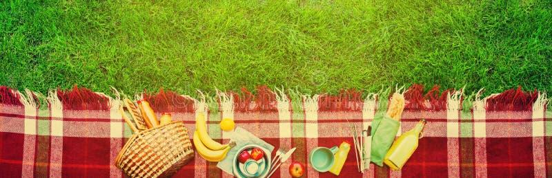 Fundo do piquenique da manta da verificação do fruto do alimento da cesta imagens de stock