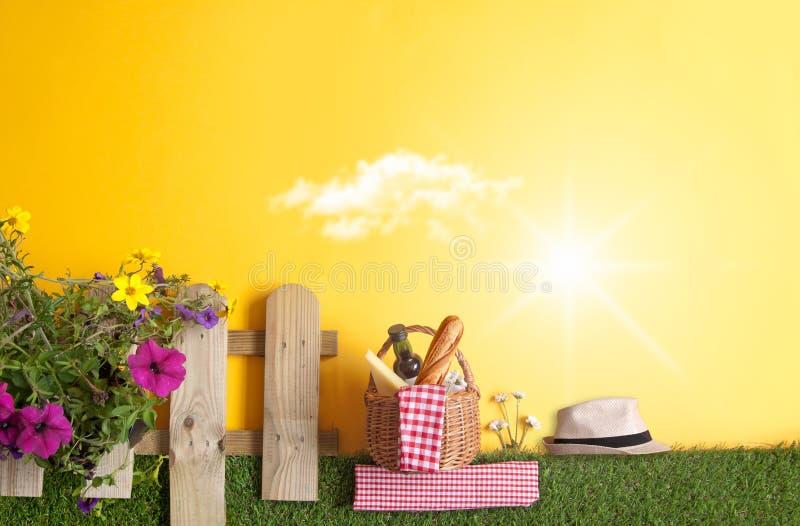 Fundo do piquenique do jardim do verão imagem de stock