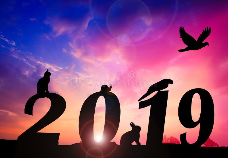 Fundo do por do sol da silhueta do ano novo feliz número ereto animal 2019 fotos de stock royalty free