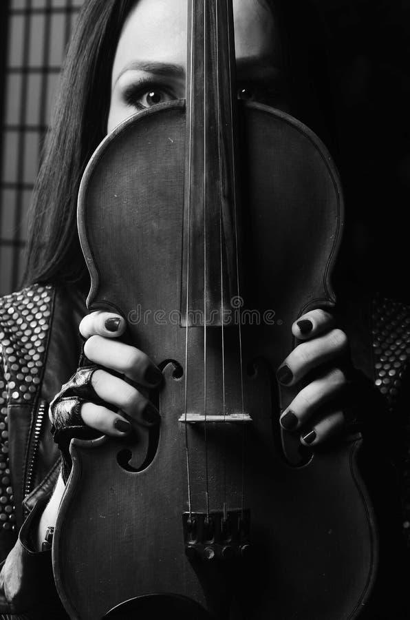 Fundo do preto do violino da menina, jogando imagens de stock royalty free