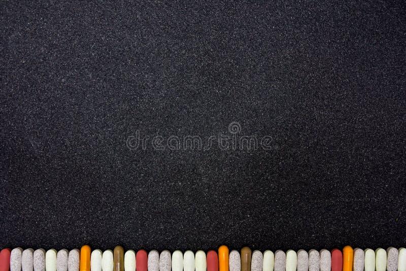 Fundo do quadro-negro com a beira feita das vitaminas e de suplementos ervais imagens de stock royalty free