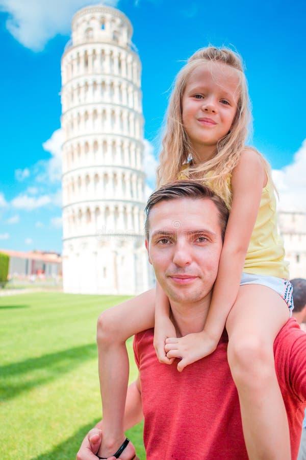 Fundo do retrato da família a torre de aprendizagem em Pisa Pisa - curso aos lugares famosos em Europa imagem de stock