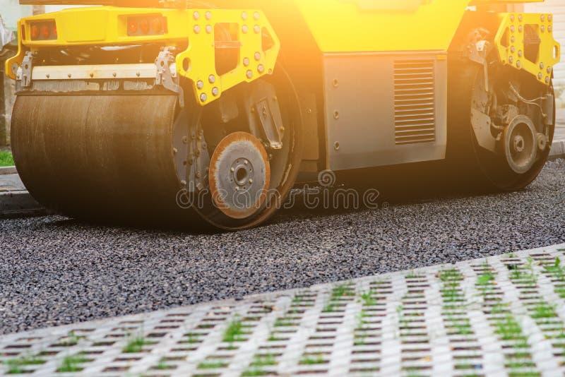Fundo do rolo do asfalto que empilha e pressiona o asfalto quente Máquina do reparo da estrada imagens de stock royalty free