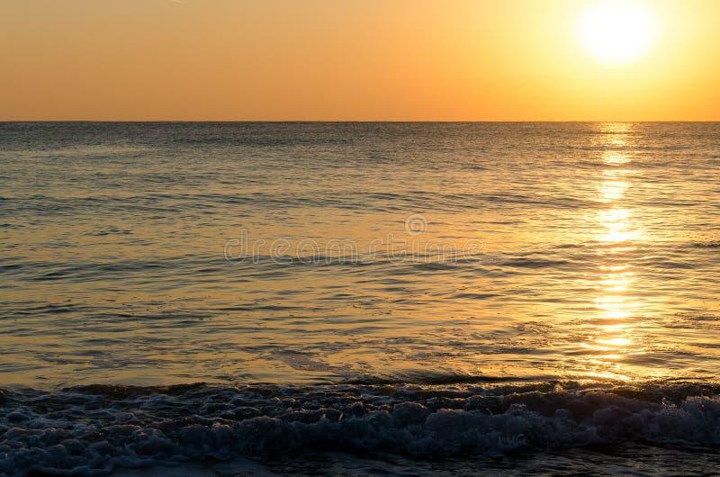 Fundo do Seascape da luz solar na superfície do mar no nascer do sol fotografia de stock royalty free