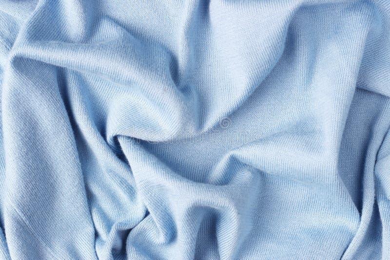 Fundo do tecido de algodão azul amarrotado, close-up, textura feita malha imagem de stock