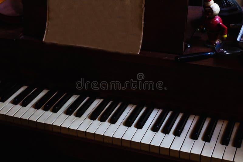 Fundo do teclado de piano com foco seletivo fotografia de stock