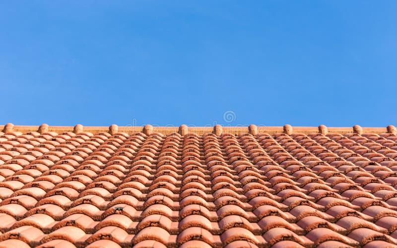 Fundo do telhado de telhas vermelhas e do céu azul foto de stock royalty free
