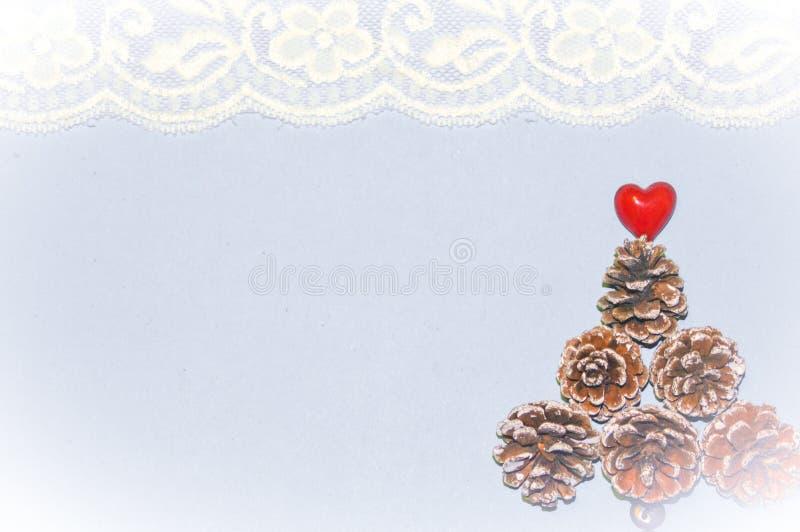 Fundo do tema do Natal com cones do pinho imagem de stock royalty free