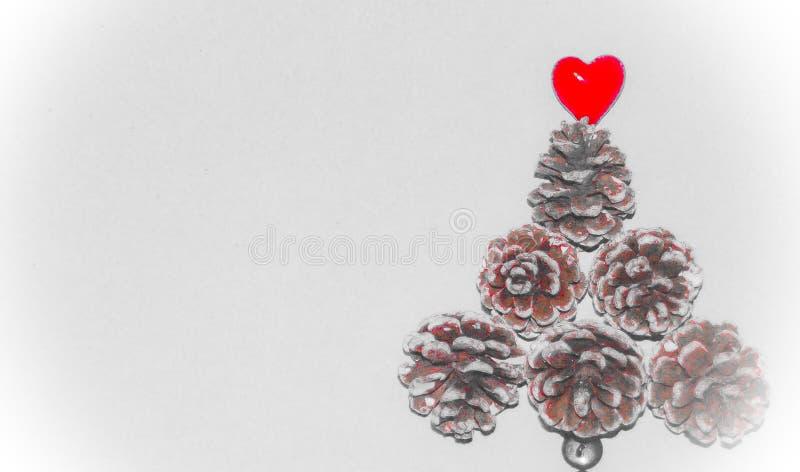 Fundo do tema do Natal com cones do pinho fotografia de stock royalty free