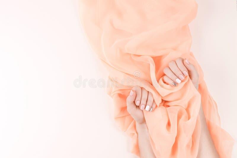 Fundo do tratamento de mãos e da matéria têxtil foto de stock royalty free