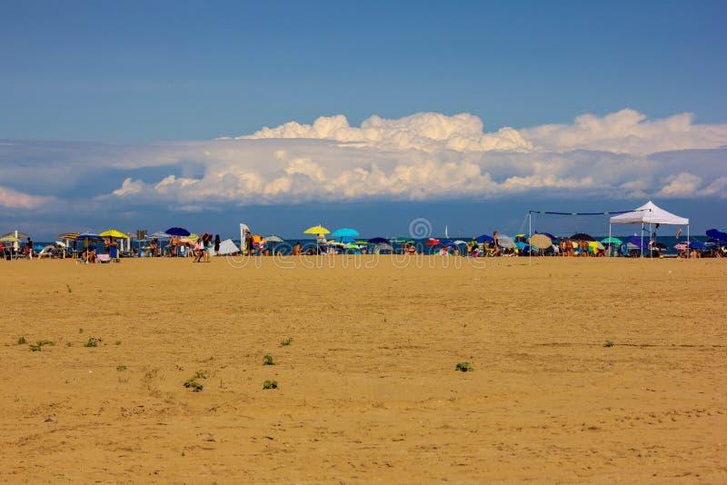 Fundo do ver?o foto alterada com saturação da praia e mar com umbrellon fotografia de stock