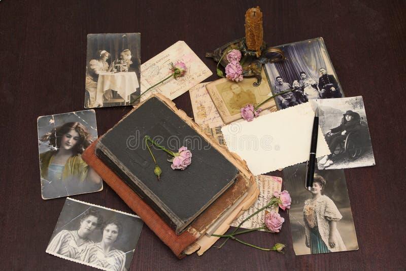 Fundo do vintage com livros, cartão e foto imagens de stock