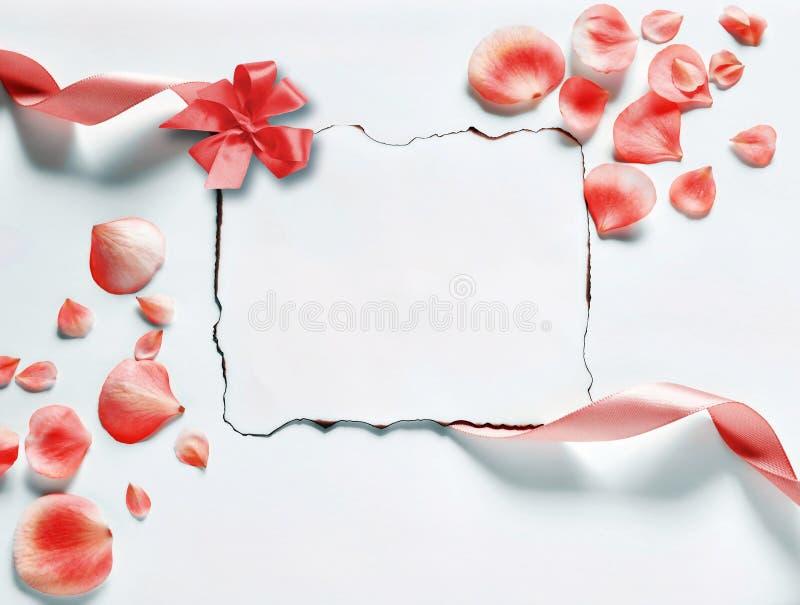Fundo do vintage com papel-quadro e pétalas para felicitações imagem de stock