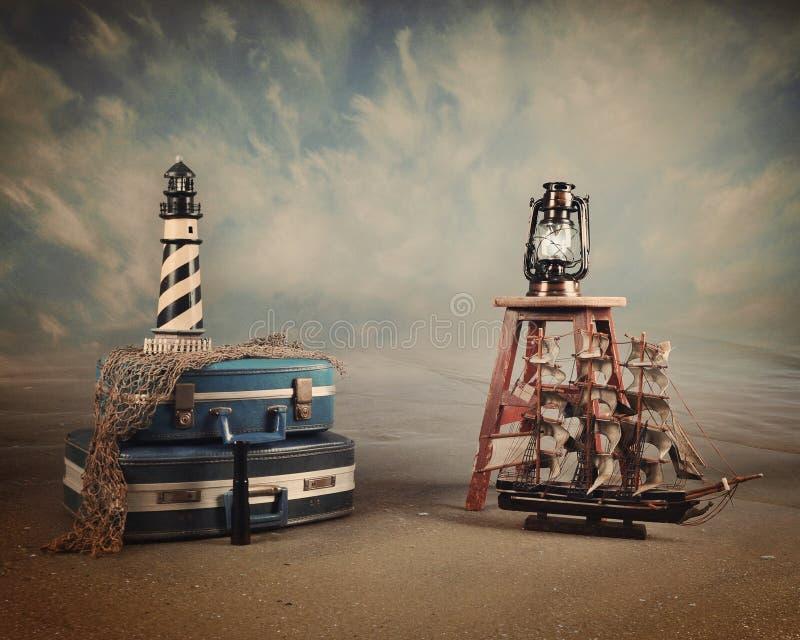 Fundo do vintage da mala de viagem do curso da praia foto de stock royalty free