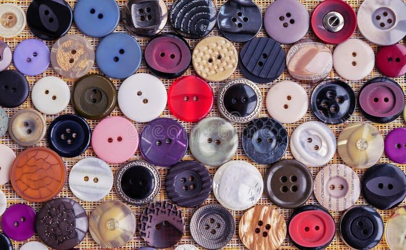 Fundo dos botões para a roupa Botões de formas e de tamanhos diferentes foto de stock