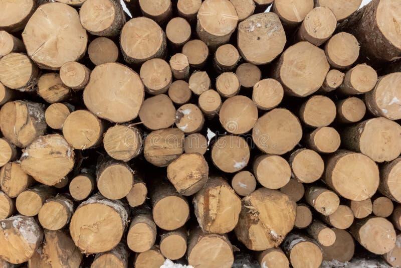 Fundo dos logs desbastados empilhados acima sobre se em uma pilha imagens de stock royalty free