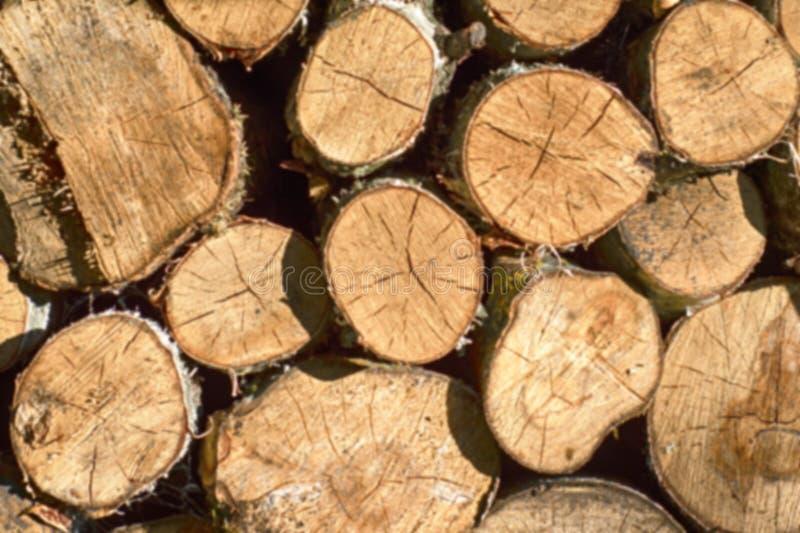 Fundo dos logs desbastados secos da lenha empilhados acima sobre se em uma pilha imagens de stock
